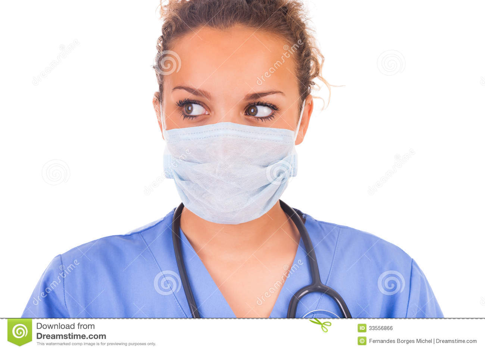 Jeune docteur avec le masque et le stéthoscope d isolement sur le backgro blanc