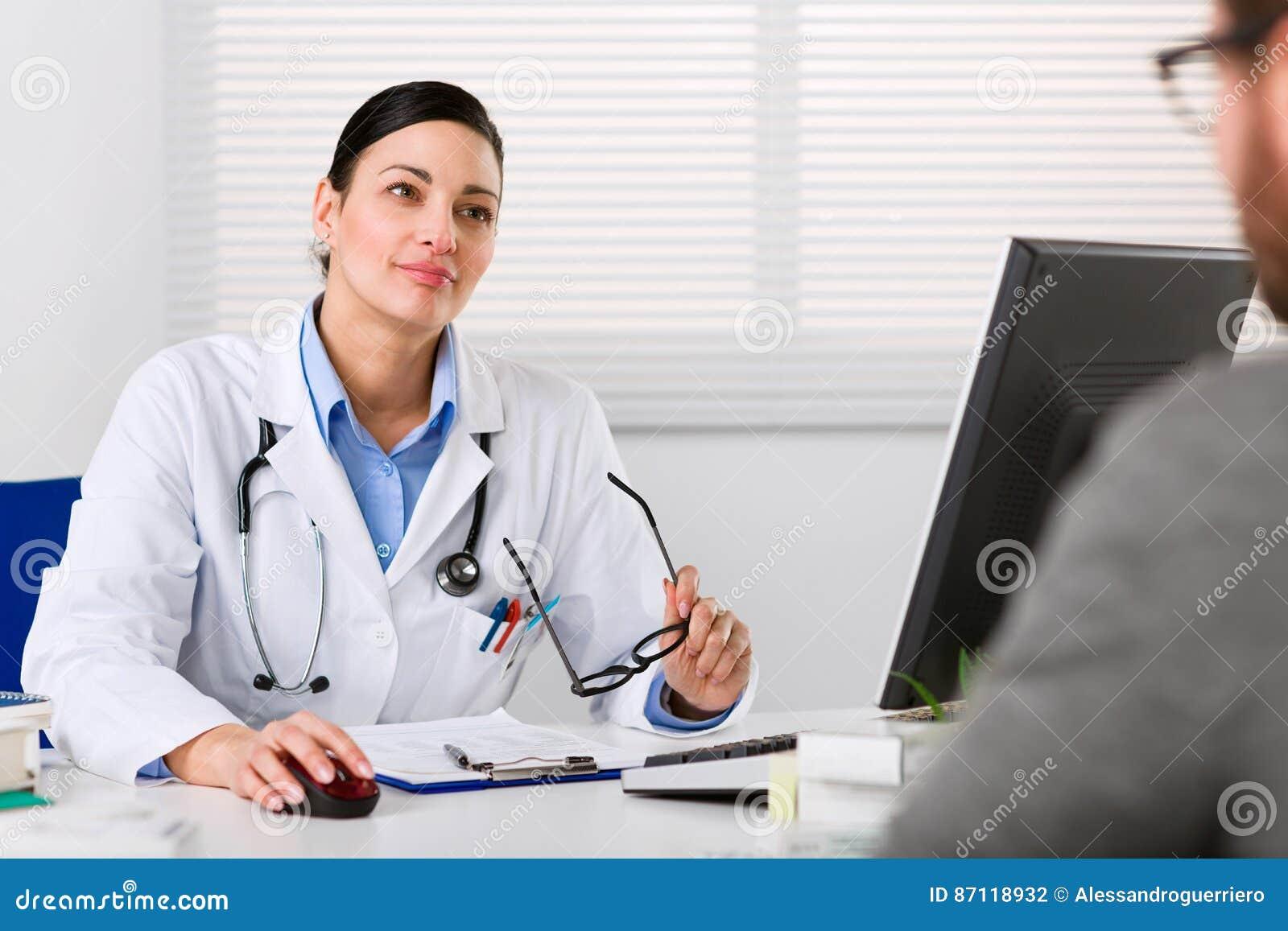 Jeune docteur féminin écoutant attentivement