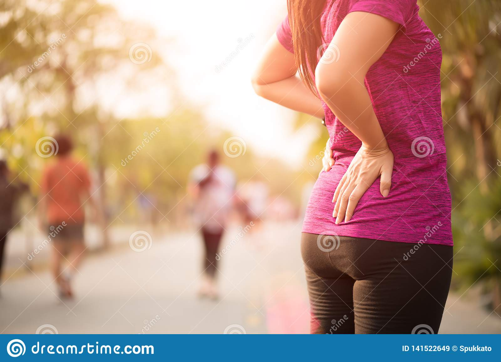 Jeune douleur asiatique de sensation de femme sur la sa de retour et la hanche tout en s exerçant, concept de soins de santé