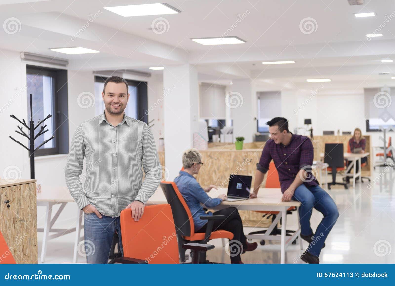 Jeune entreprise portrait dhomme daffaires au bureau moderne br