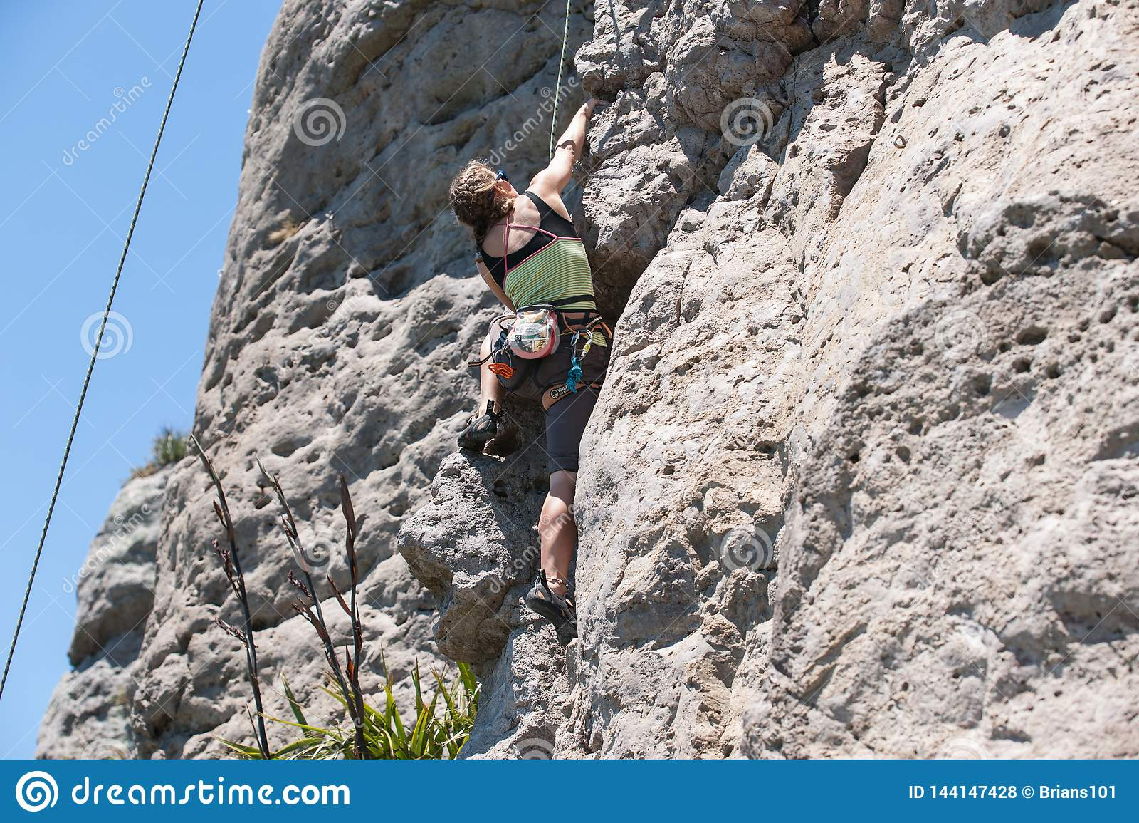 Jeune escalade aventureuse de personne