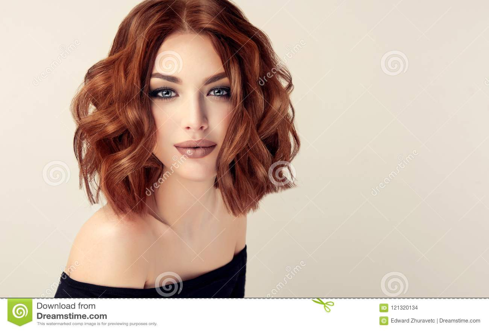 Jeune et attirante femme d une chevelure brune avec la coiffure moderne, à la mode et élégante