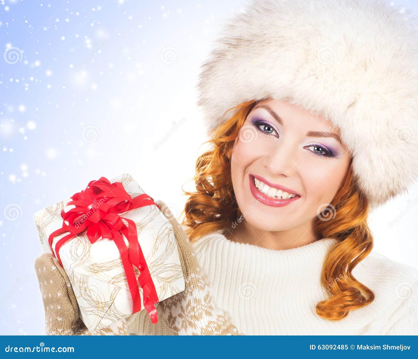Download Jeune Et Belle Femme Avec Un Cadeau De Noël Image stock - Image du froid, dame: 63092485