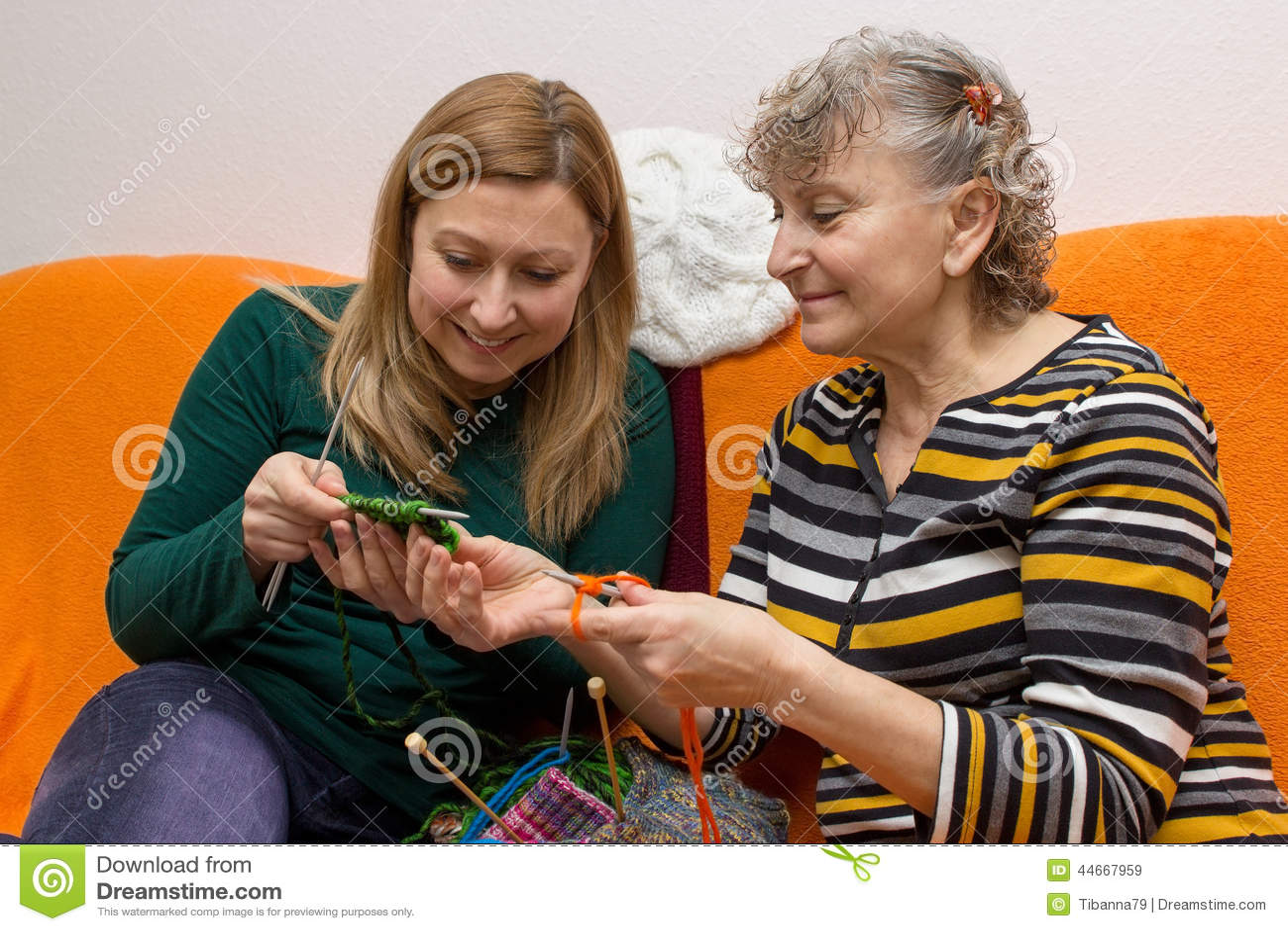 Jeune et vieux tout en tricotant