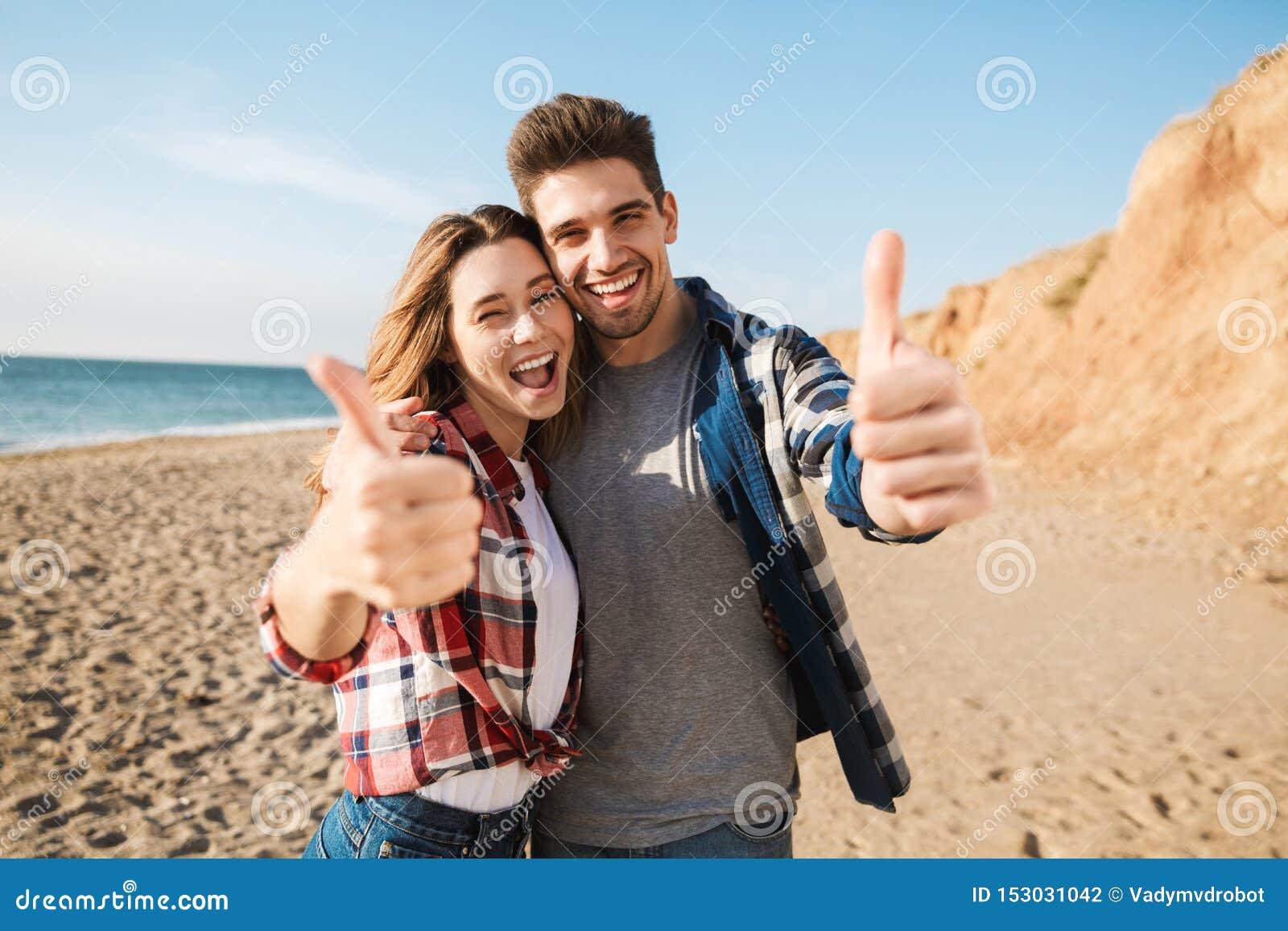 Jeune extérieur affectueux de couples dans le camping alternatif libre de vacances