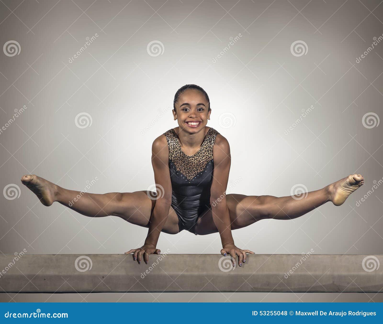 Jeune faisceau d équilibre de fille de gymnaste