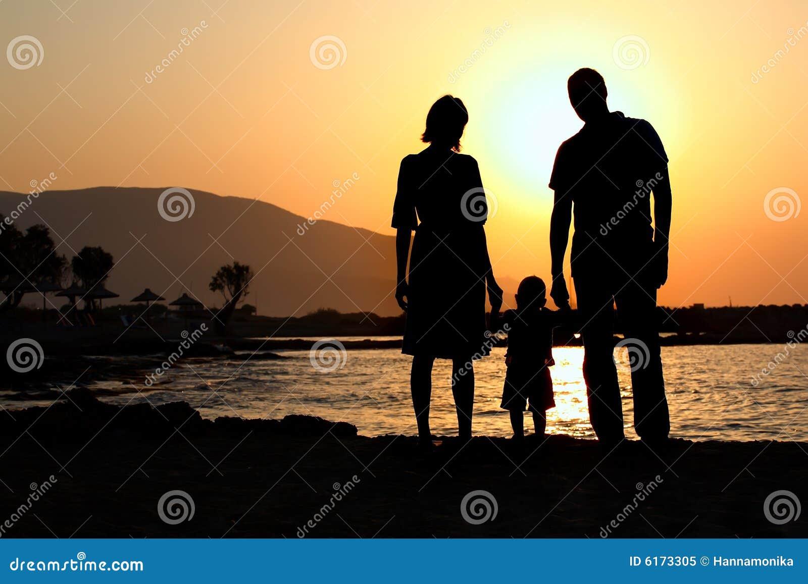 Jeune famille au coucher du soleil