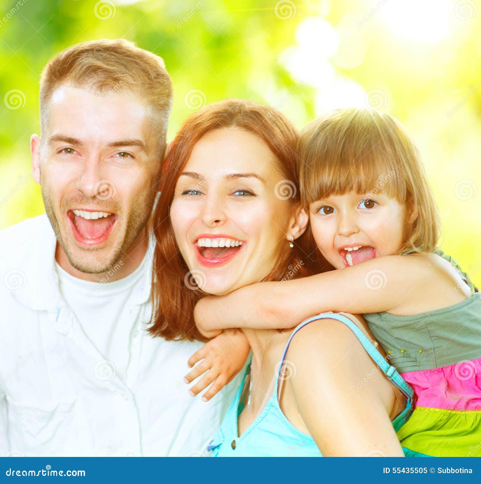 Jeune famille ayant l amusement dehors