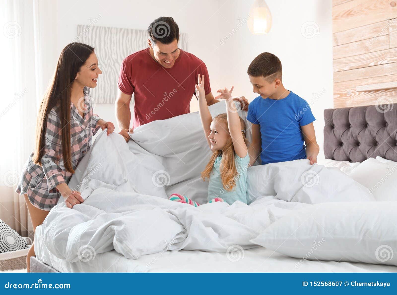 Jeune famille heureuse avec des enfants ayant l amusement