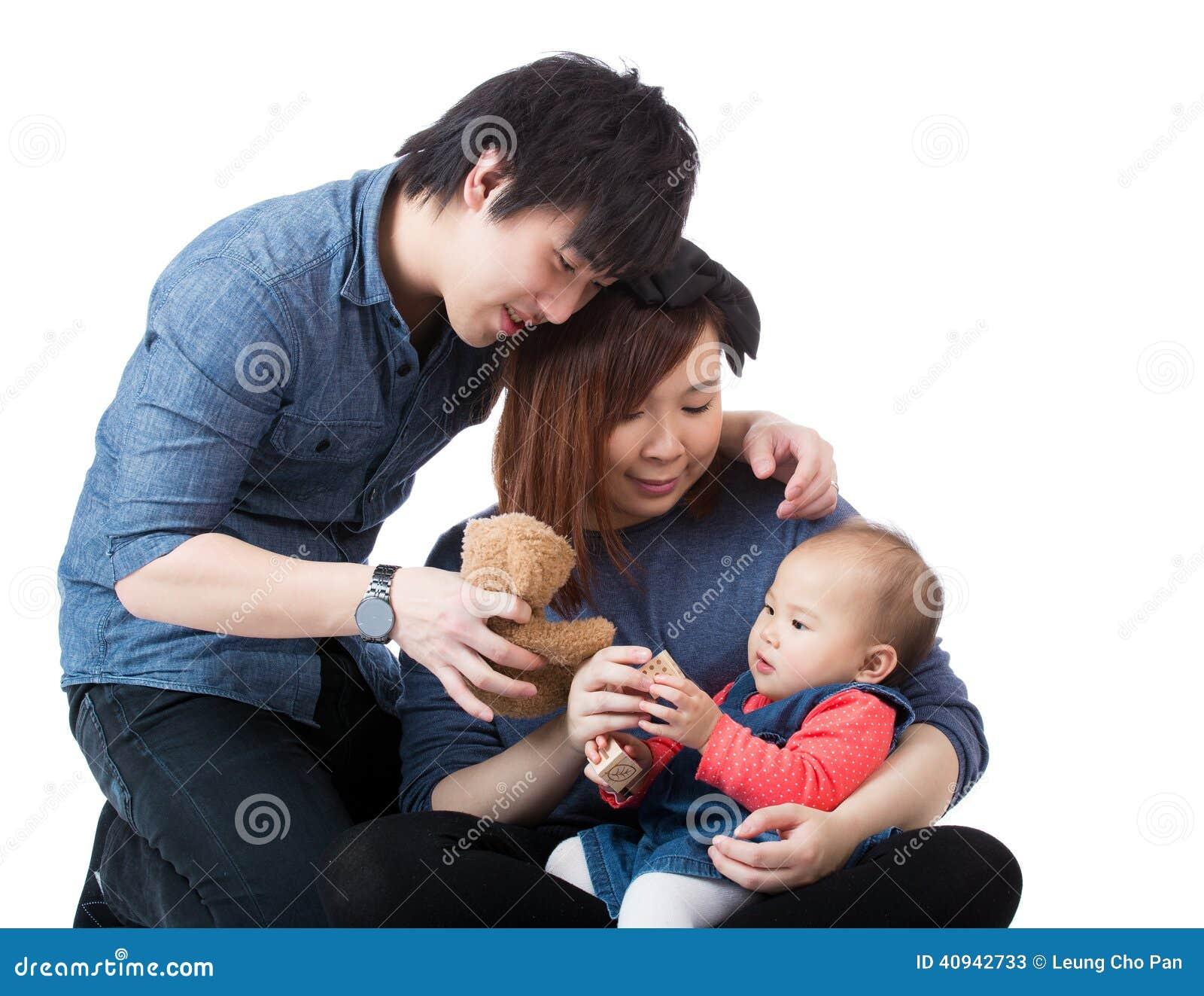 Jeune famille heureuse avec le bébé