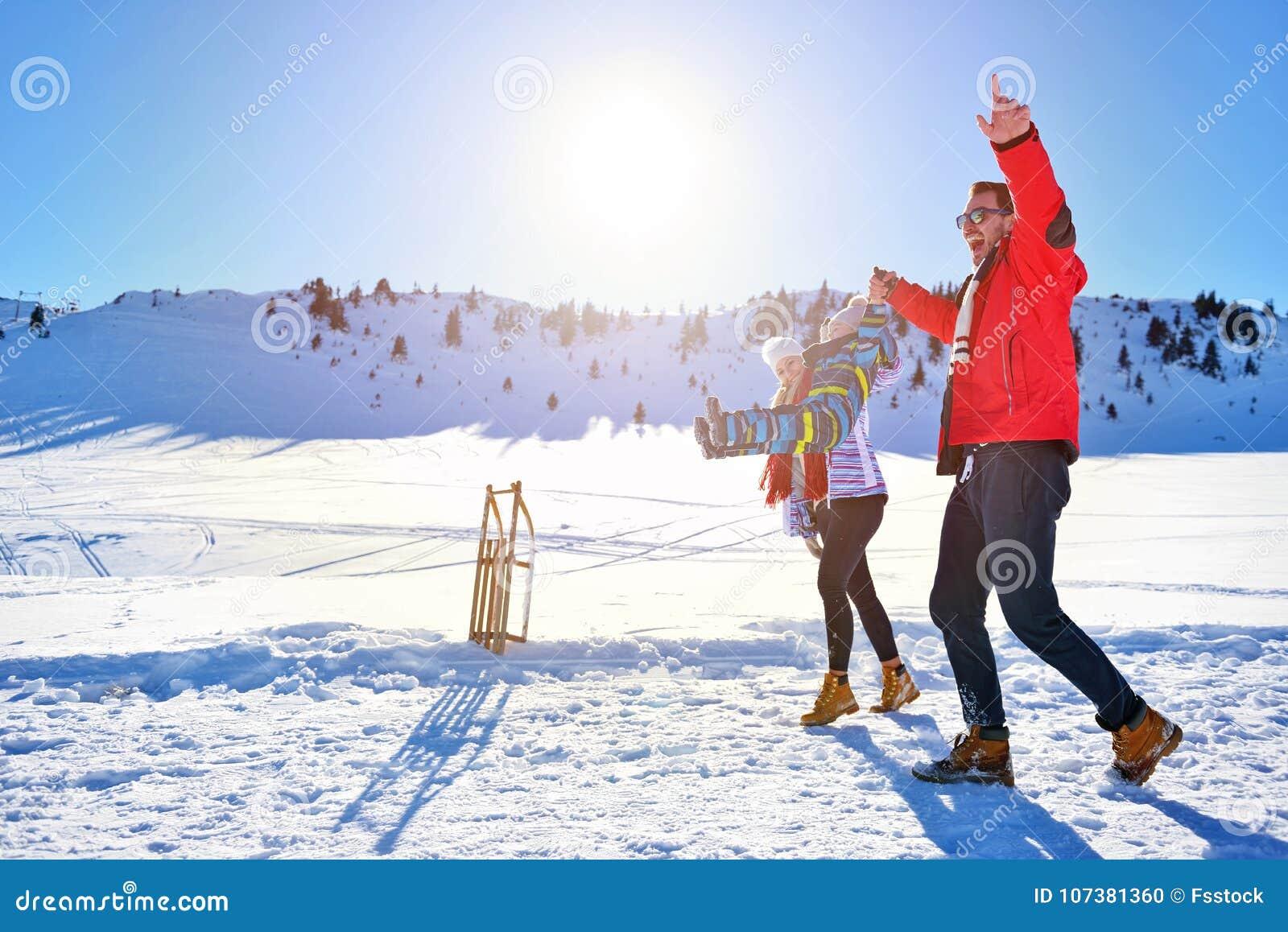 Jeune famille heureuse jouant dans la neige fraîche au beau jour d hiver ensoleillé extérieur en nature