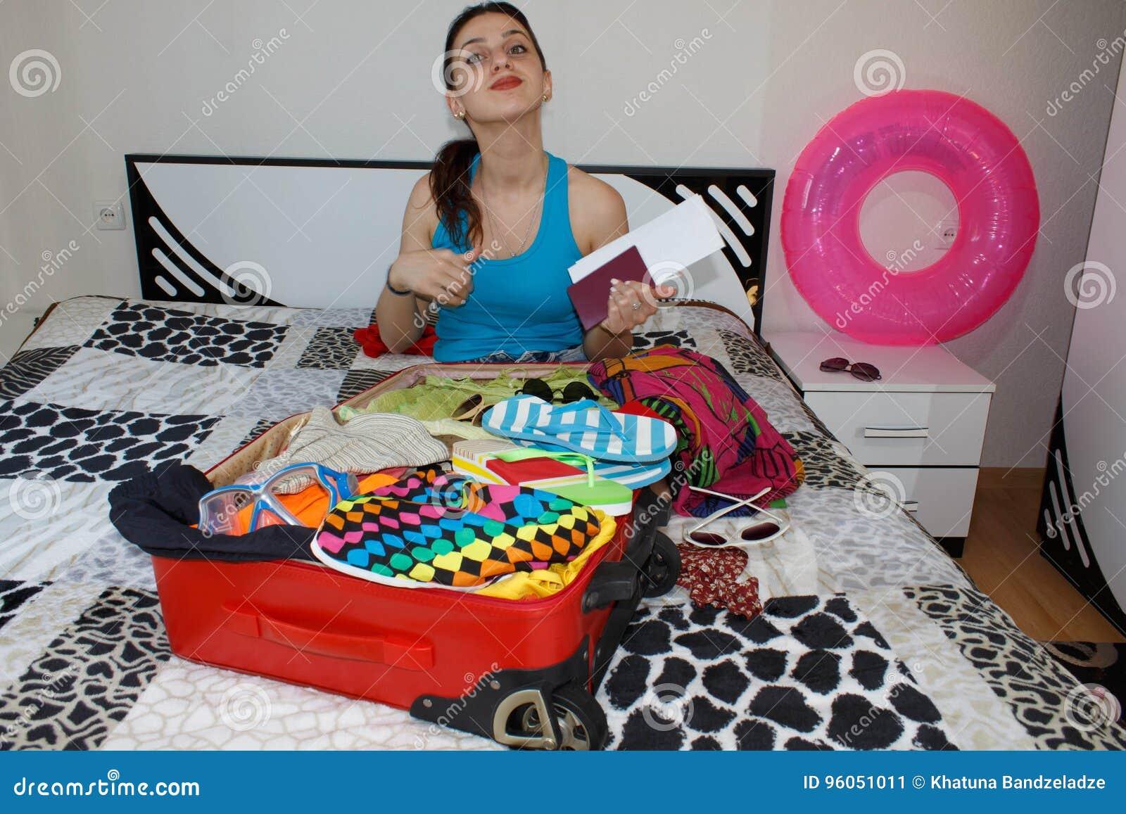 Jeune femelle dans la position occasionnelle avec la valise de voyage, PA de participation
