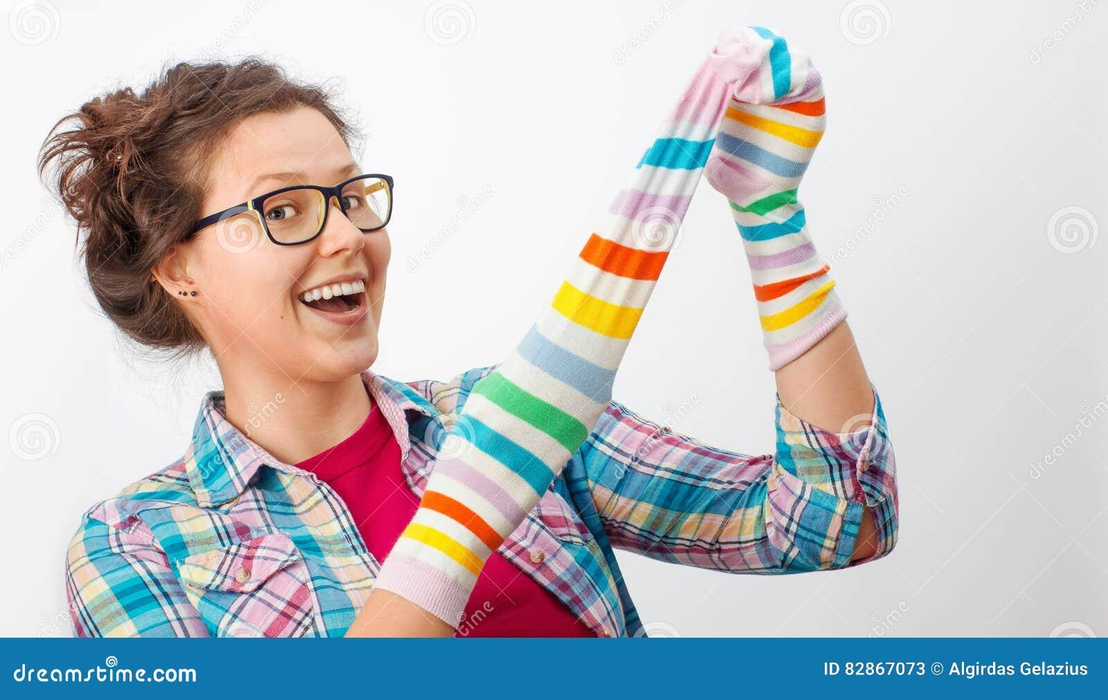 Jeune femelle tenant deux chaussettes colorées