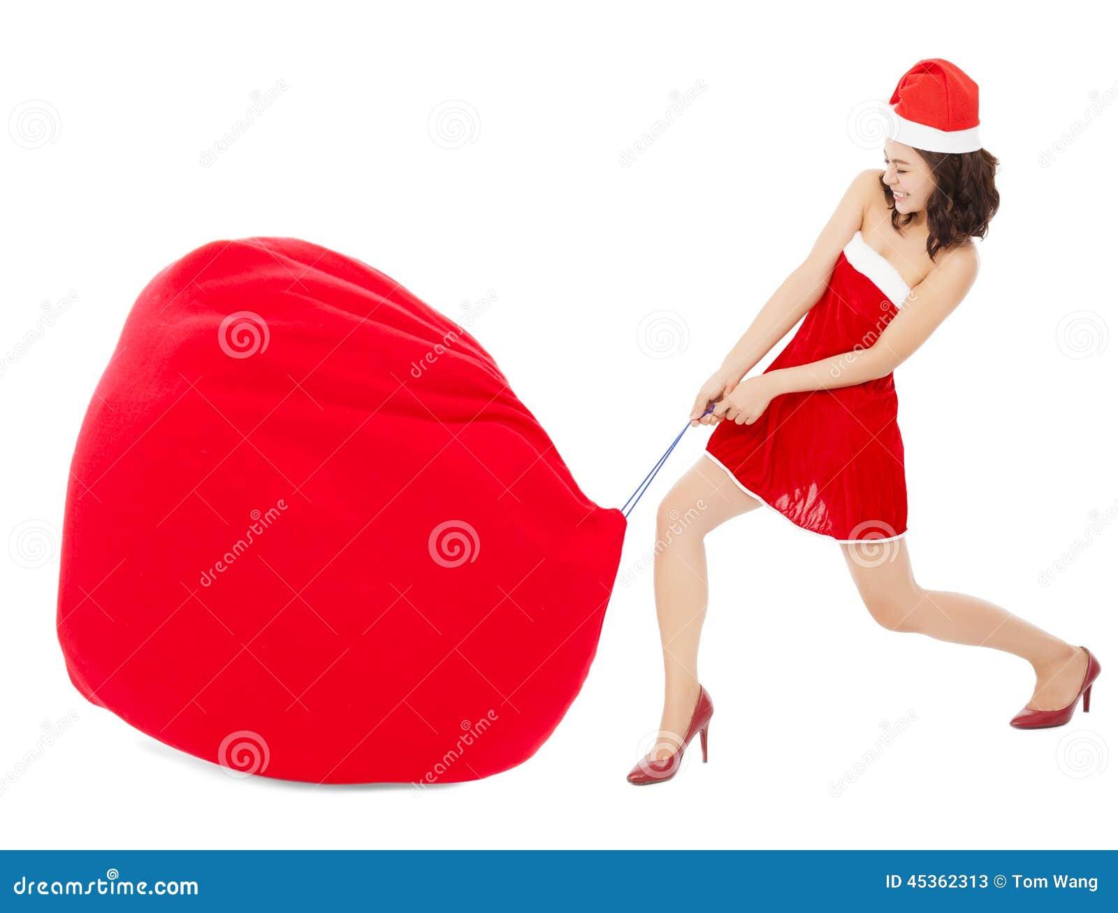 Jeune femelle tirant un sac lourd et grand de cadeau