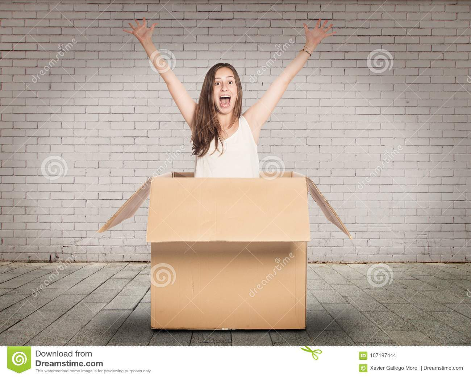 Jeune femme à l intérieur d une boîte