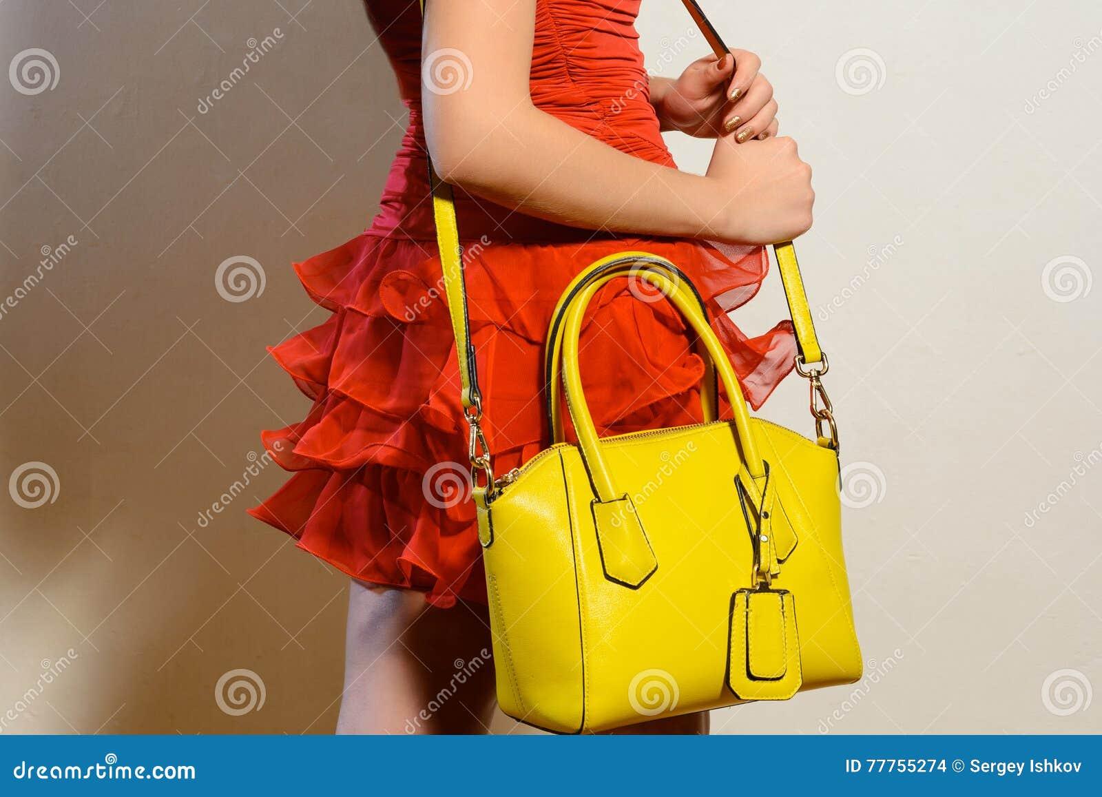 Une Femme La Dans Avec Rouge Le Main Jeune Sac Robe À Mode 0OmnwvN8