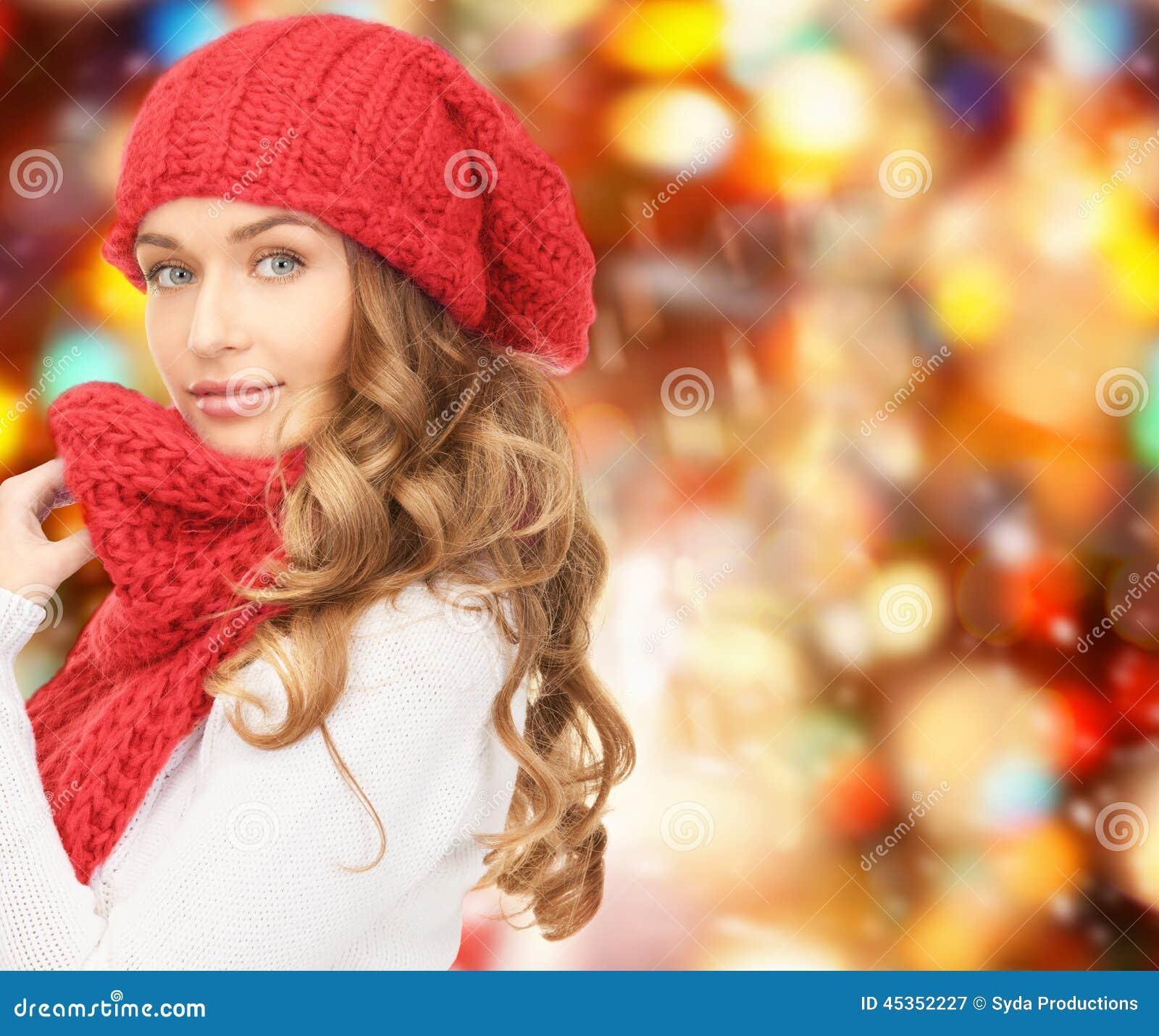 Jeune femme élégant sur la rue