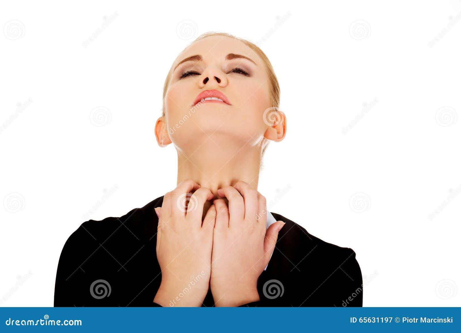 Jeune femme élégante se grattant le cou