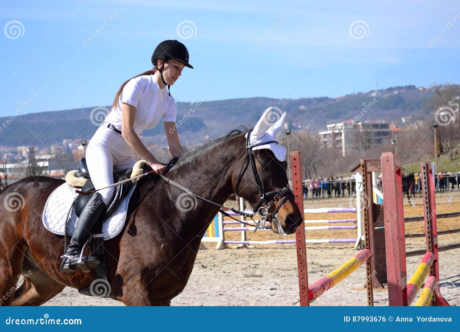 Jeune femme montant le beau cheval pendant la concurrence équestre pour les  cavaliers juniors et jeunes à l occasion des vacances jour-traditionnelles  de ... cf4b2b1accd