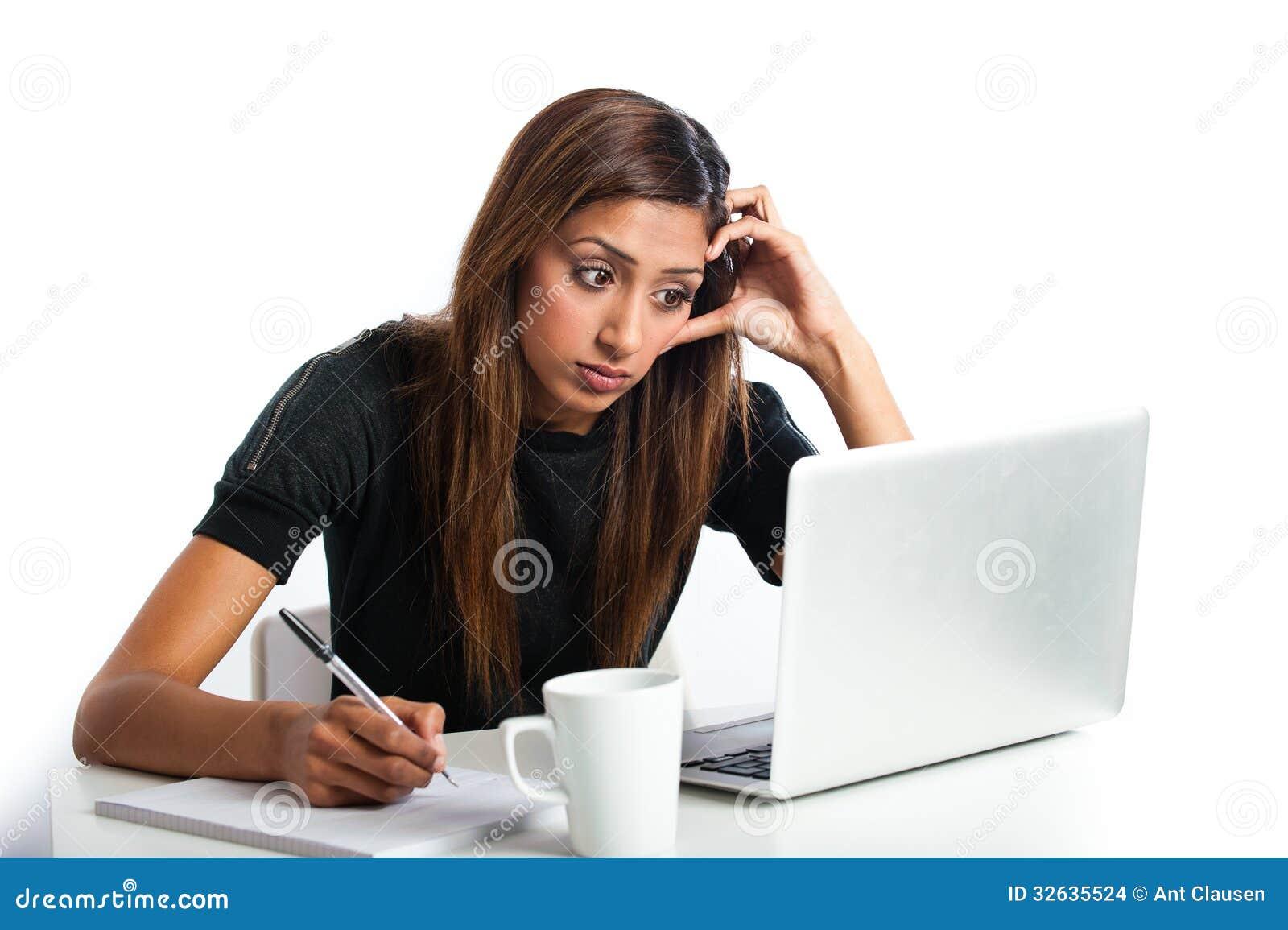 jeune femme adolescente indienne asiatique attirante tudiant avec l 39 ordinateur portable images. Black Bedroom Furniture Sets. Home Design Ideas