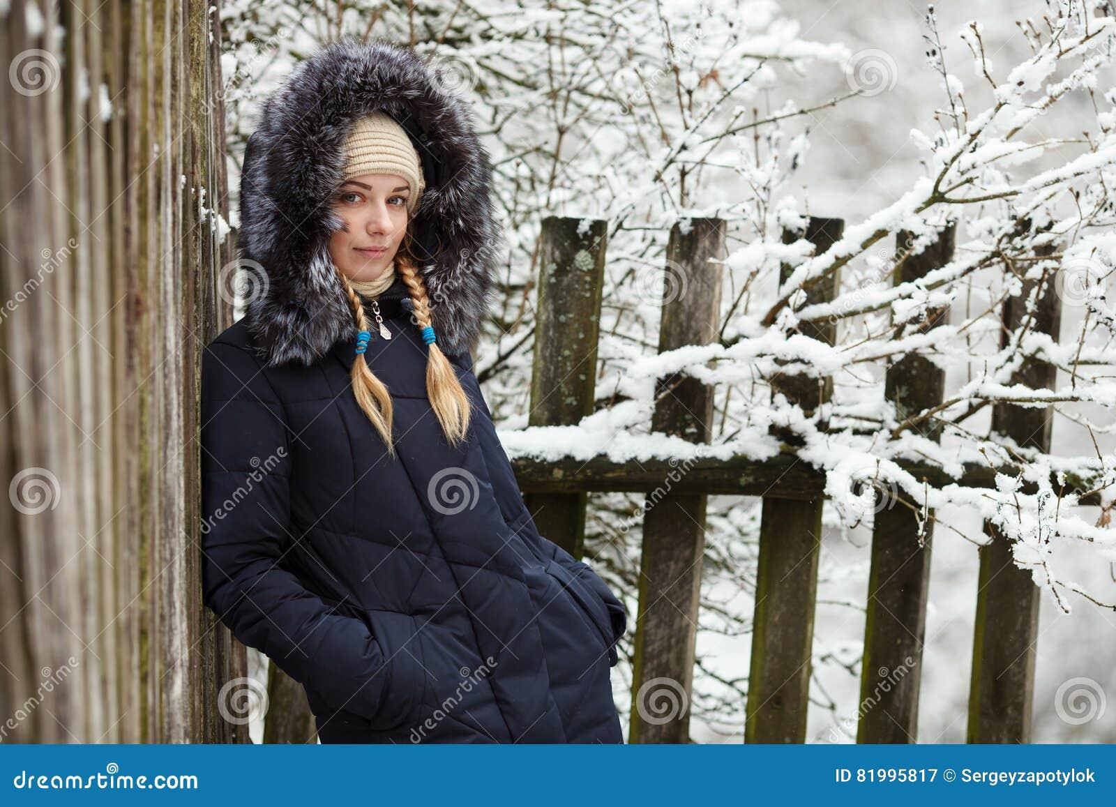 Femme Manteau À Bleu Portant Le Capuchon Adorable Jeune ALRj534