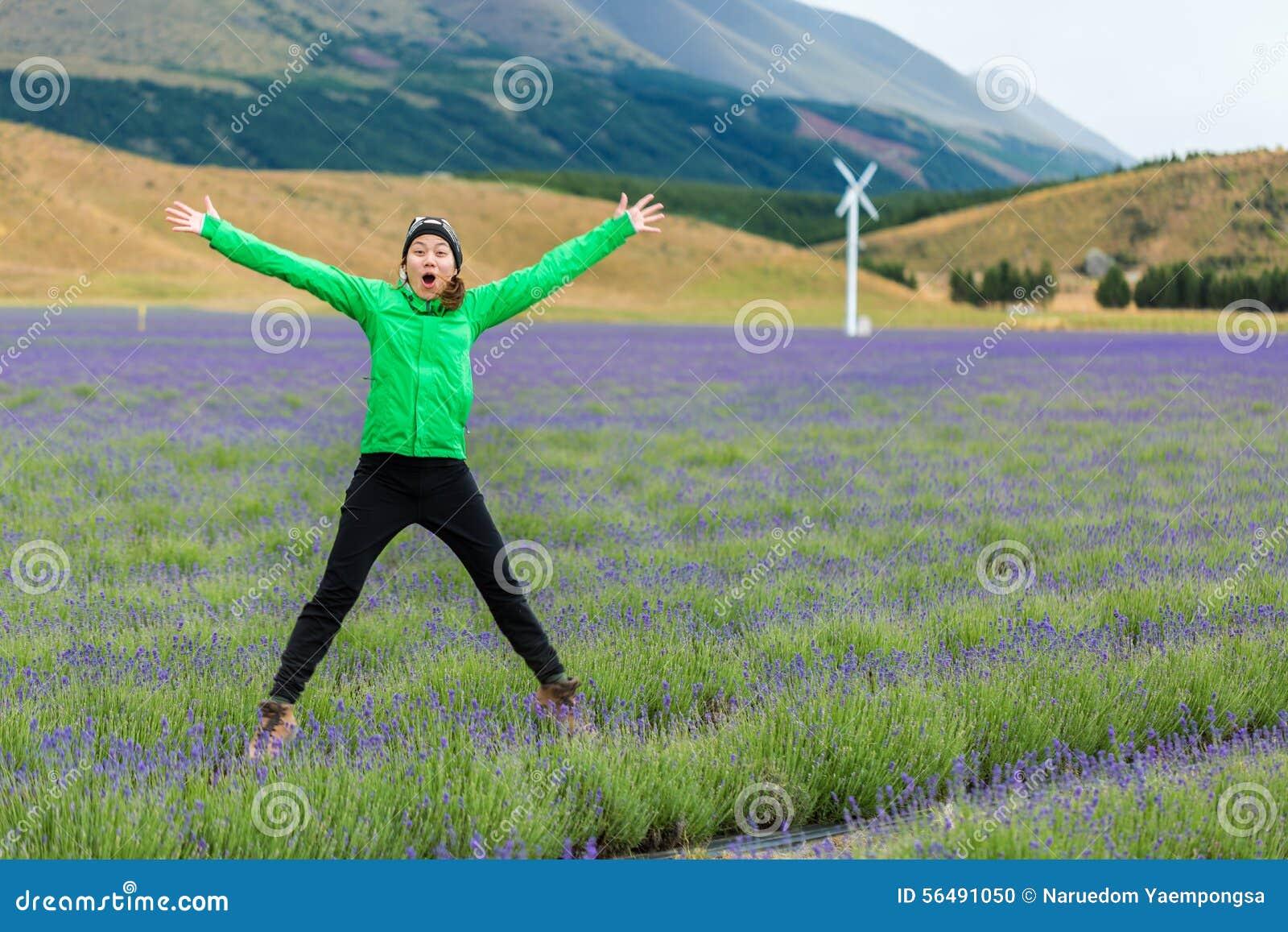 Jeune femme adulte sautant sur le gisement de lavande