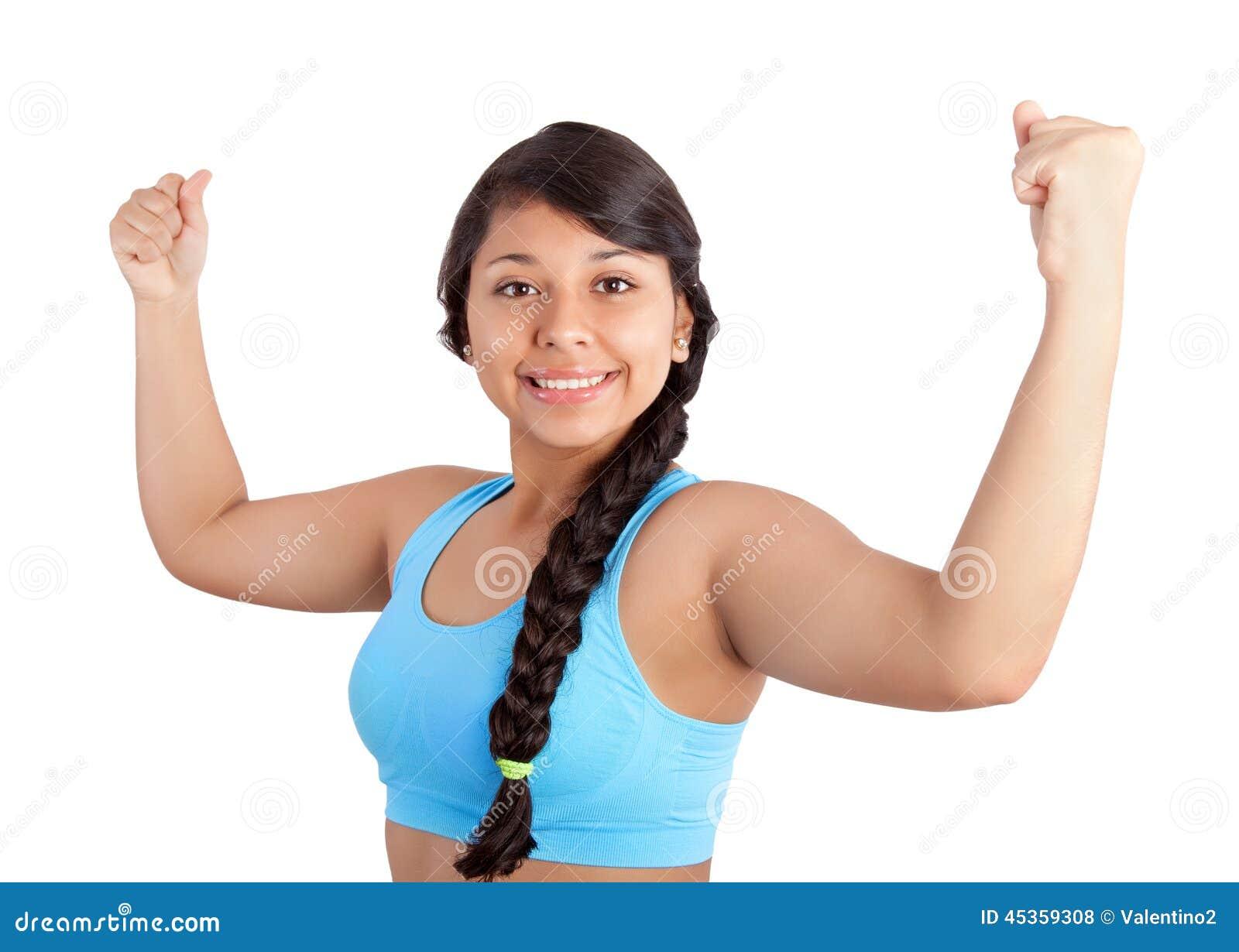 Jeune femme affichant ses muscles
