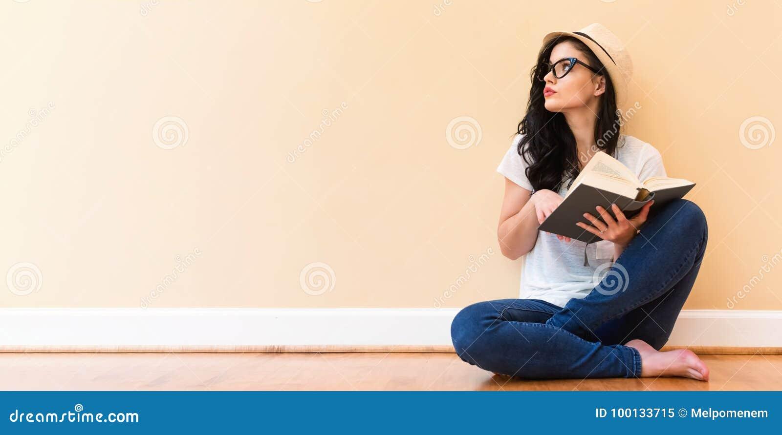 Jeune femme affichant un livre