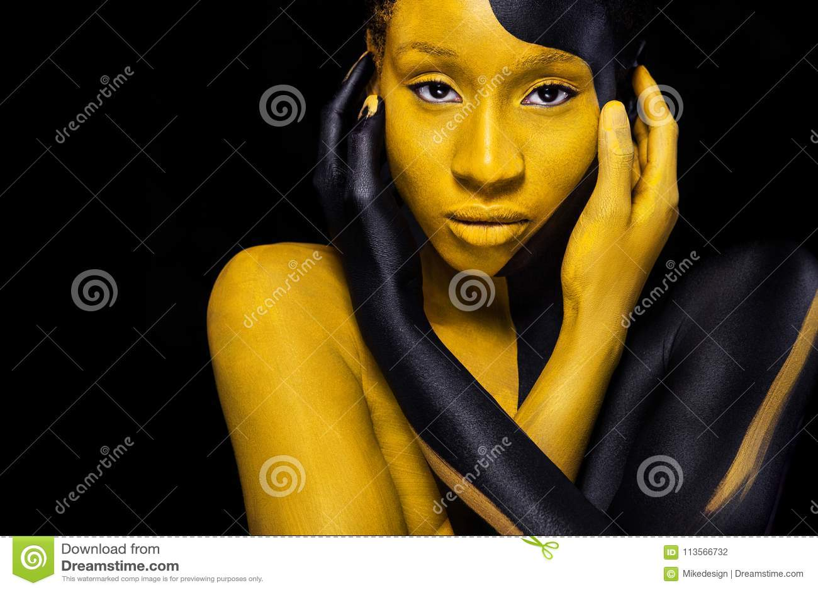 Jeune femme africaine gaie avec le maquillage de mode d art Une femme étonnante avec le maquillage noir et jaune