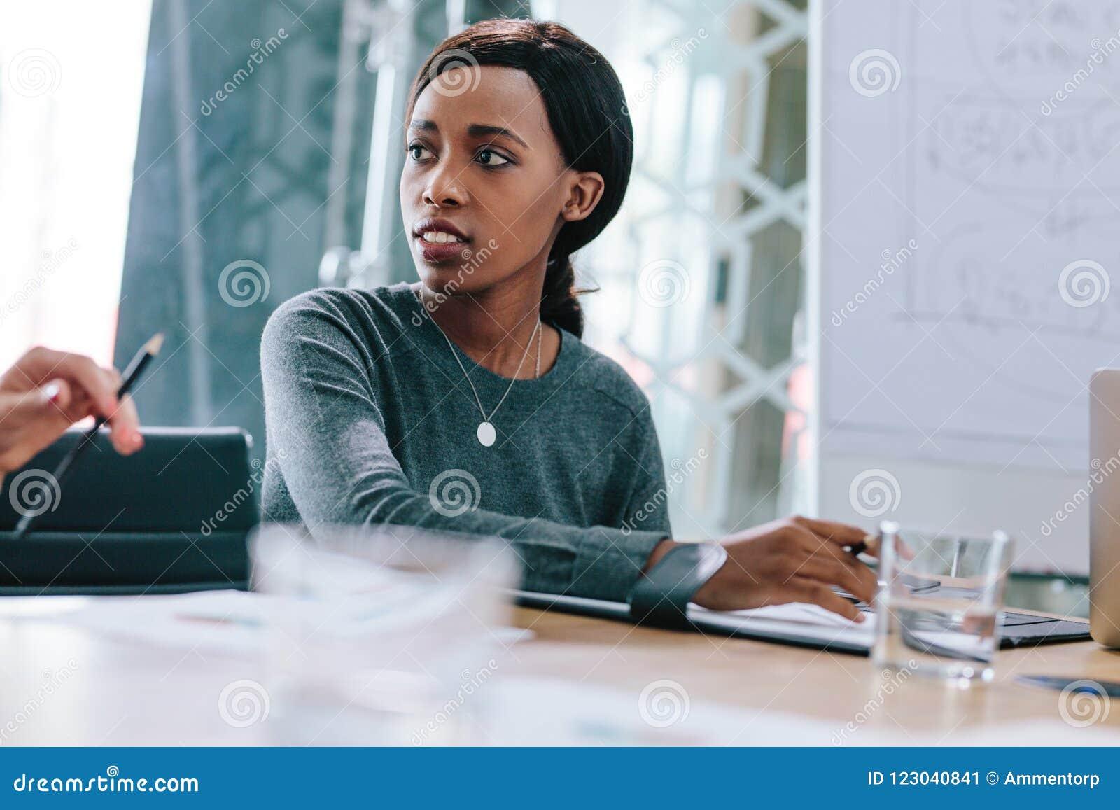 Jeune femme africaine lors de la réunion d affaires