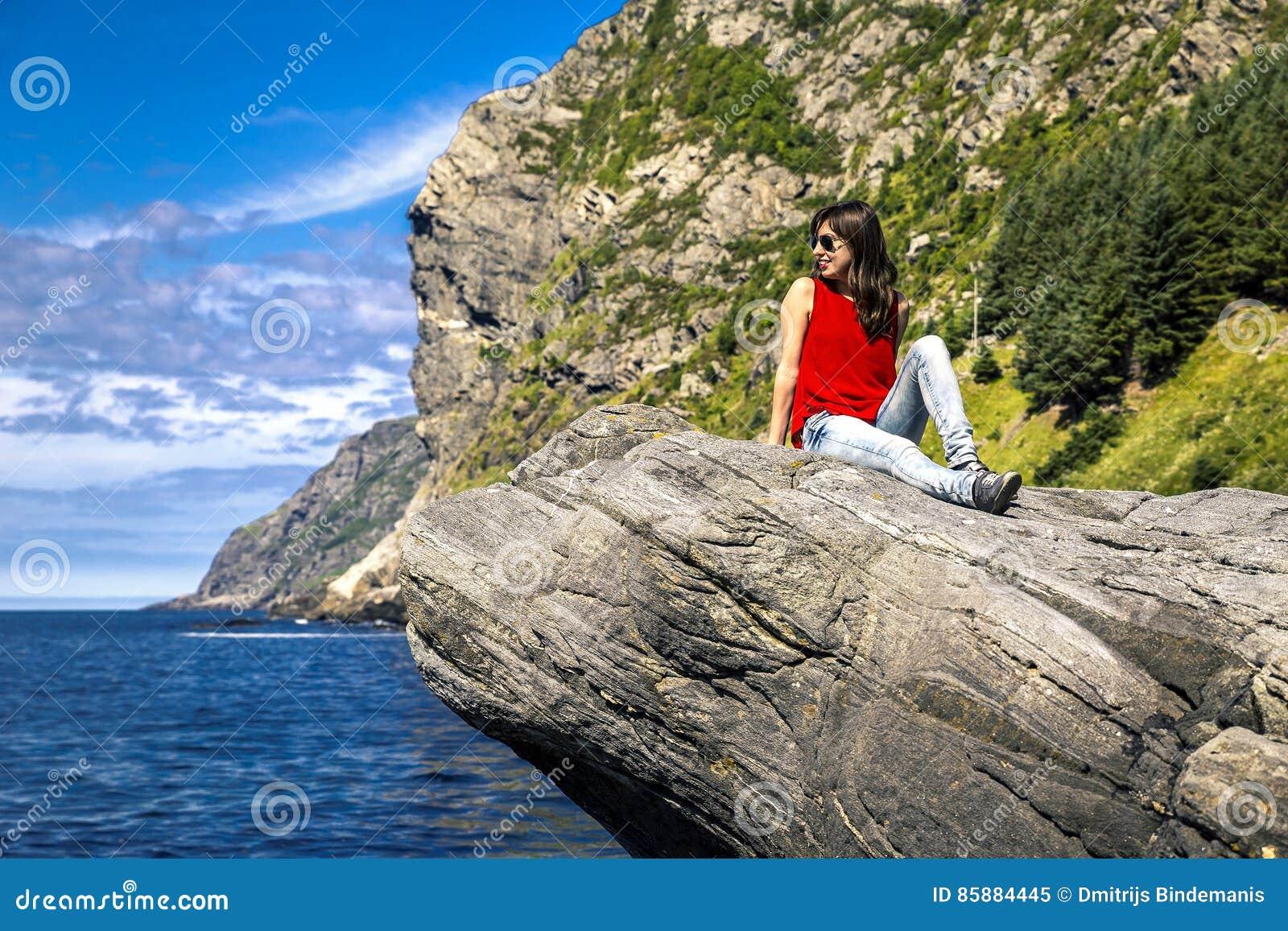 Jeune femme appréciant le jour ensoleillé, Norvège