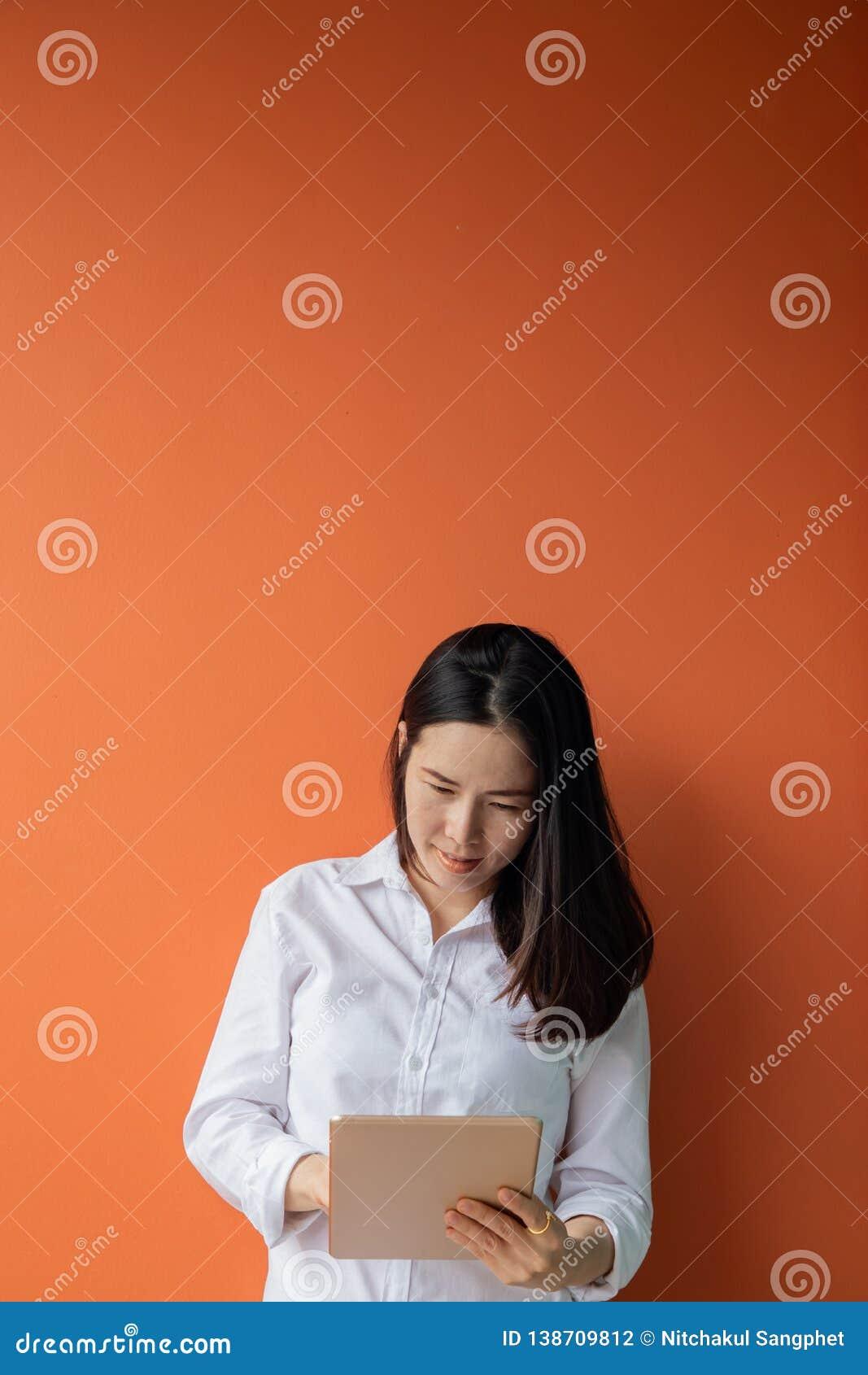 Jeune femme asiatique à l aide du comprimé, smartphone, téléphone portable