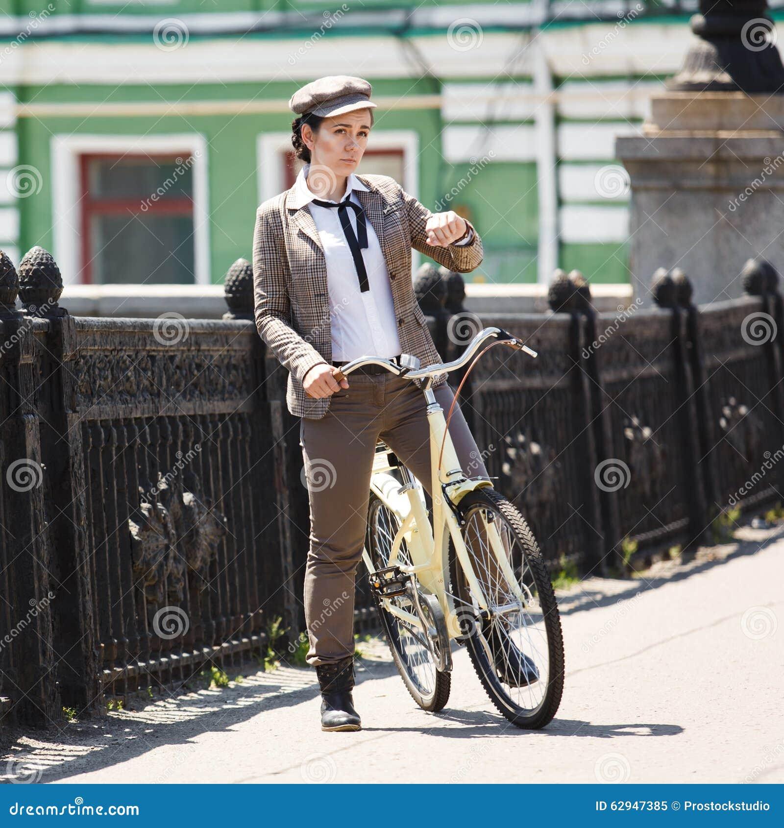 jeune femme au style des anglais de bicyclette de vintage image