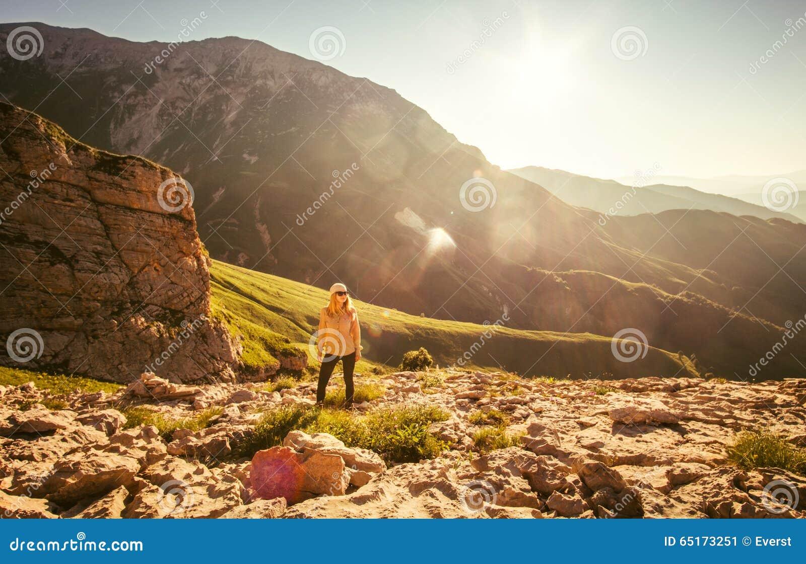 Jeune femme augmentant le mode de vie extérieur de voyage