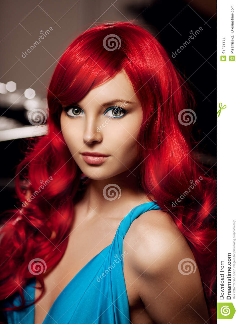 jeune femme avec de longs beaux cheveux rouges luxueux dans un bleu flb photo stock image du. Black Bedroom Furniture Sets. Home Design Ideas