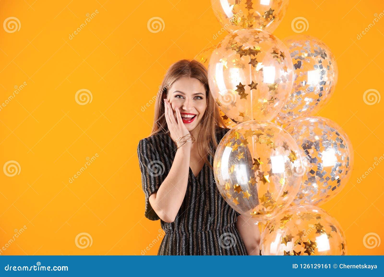 Jeune femme avec des ballons à air