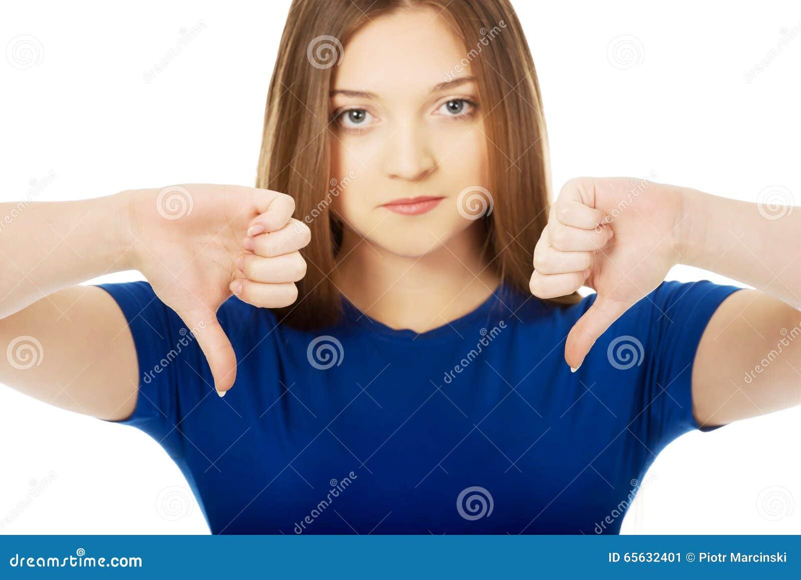 Jeune femme avec des pouces vers le bas
