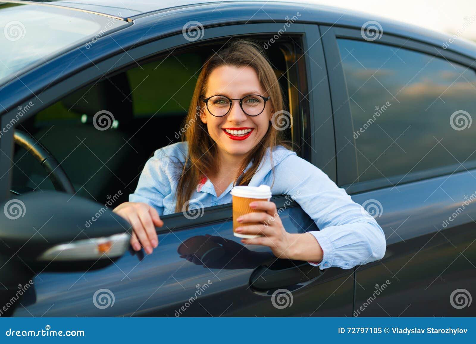 jeune femme avec du caf pour aller conduire sa voiture image stock image 72797105. Black Bedroom Furniture Sets. Home Design Ideas