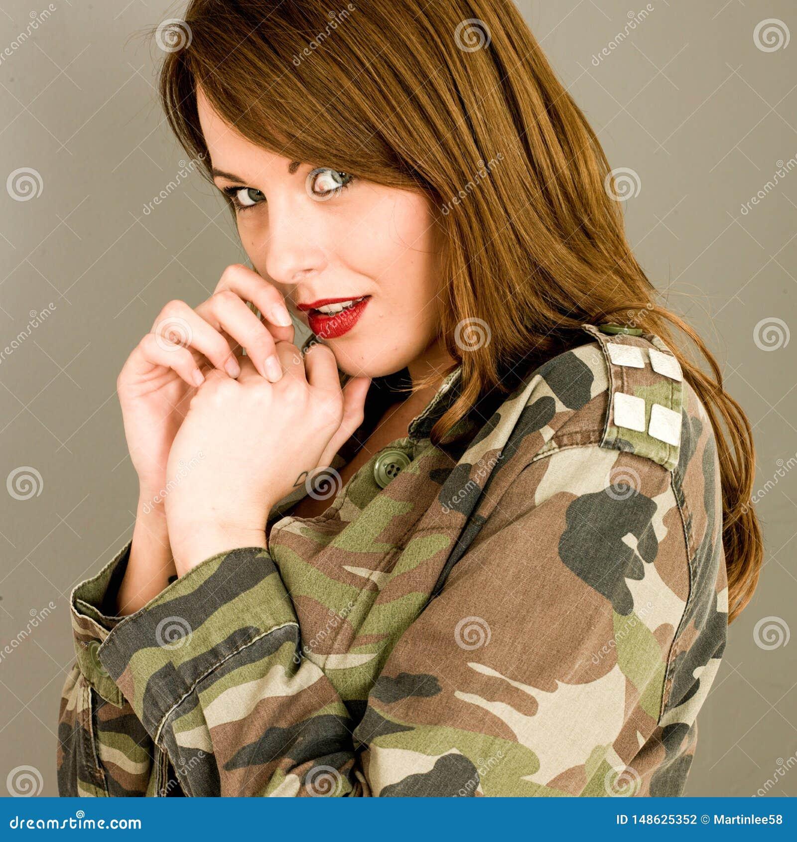 Jeune femme avec la veste ouverte semblant choqu?e et ?tonn?e