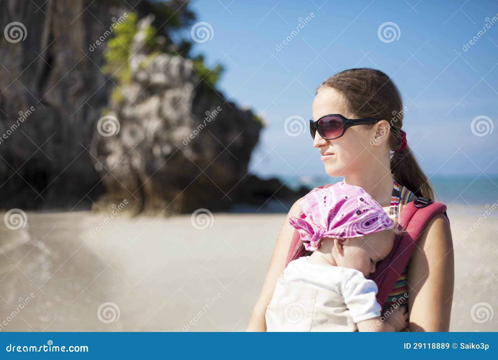 Jeune femme avec le bébé