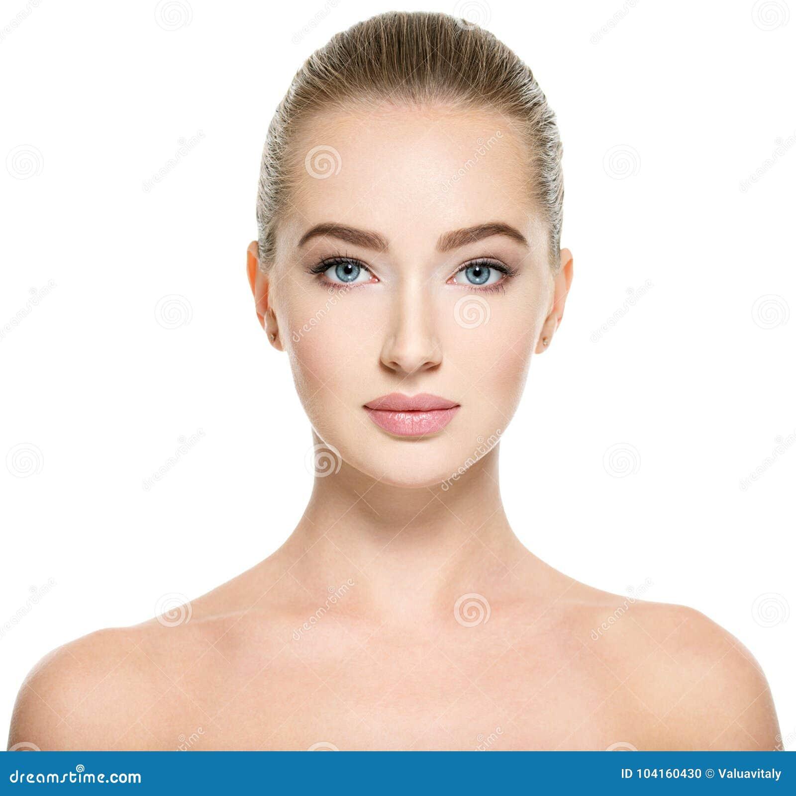Jeune femme avec le beau visage