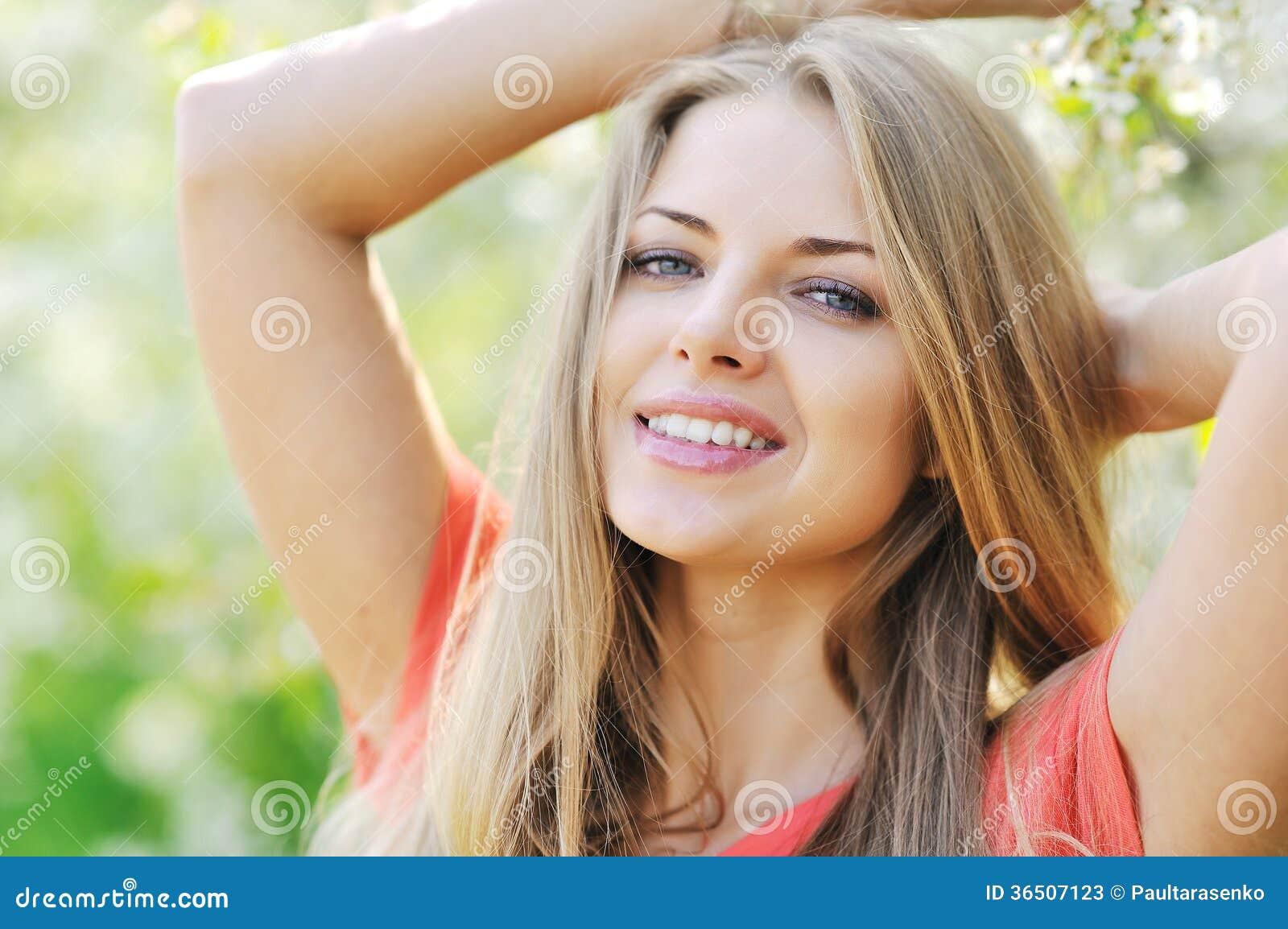 Jeune femme avec le beau visage sain