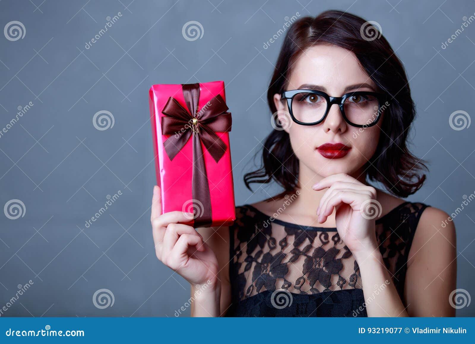 Jeune femme avec le cadeau image stock image du pr sent 93219077 - Idee cadeau jeune femme ...