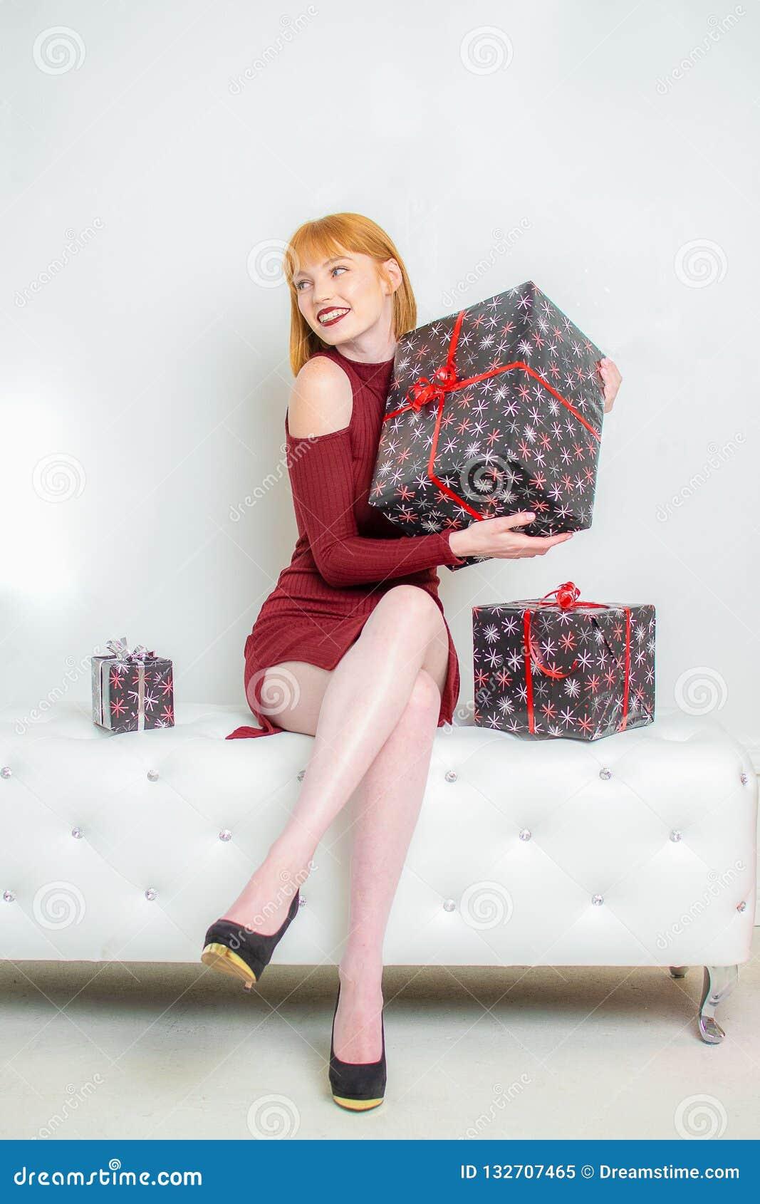 Jeune femme avec le cadeau enveloppé de Noël