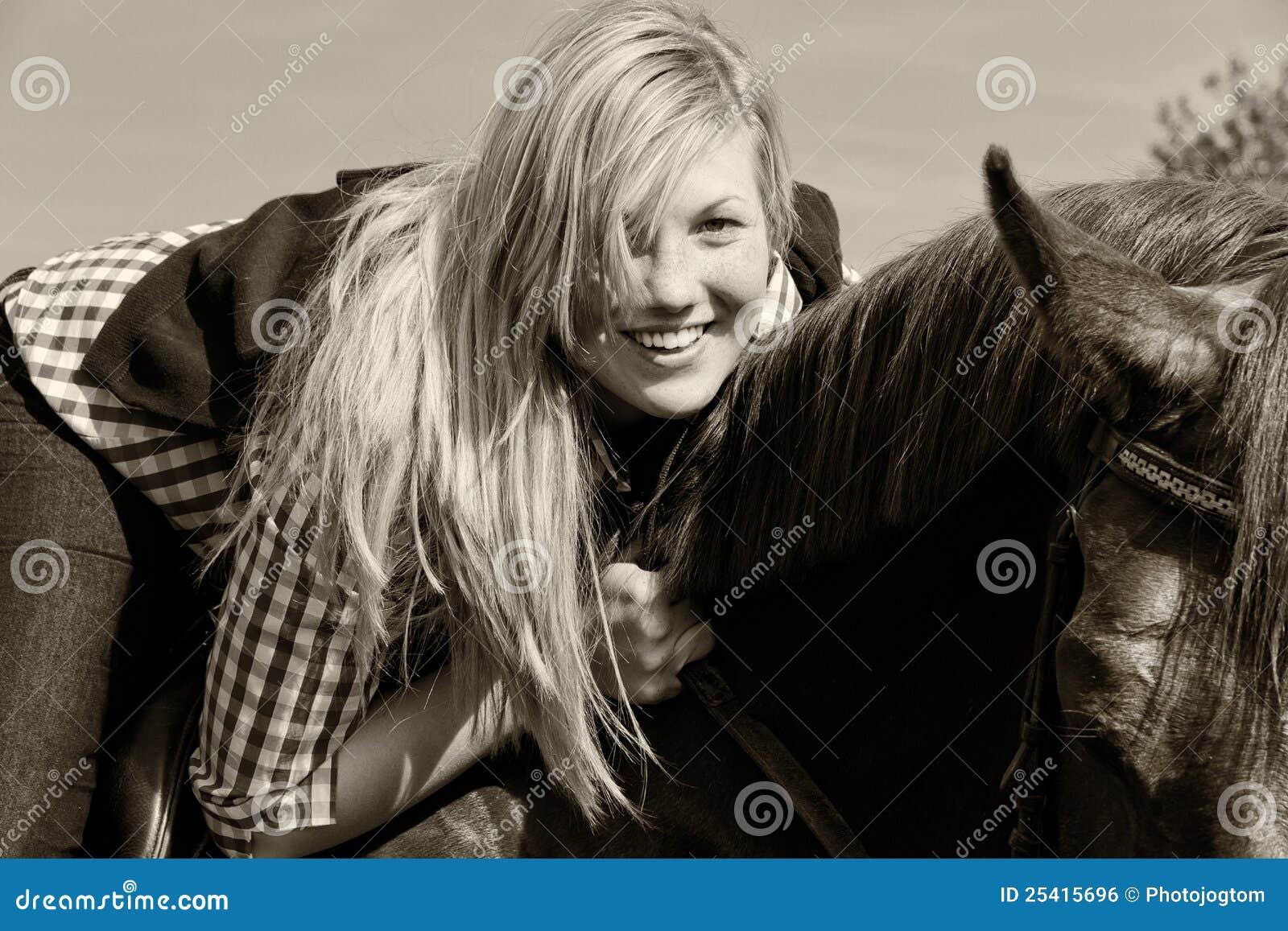 Jeune femme avec le cheval noir et blanc photo stock for Le noir et le blanc