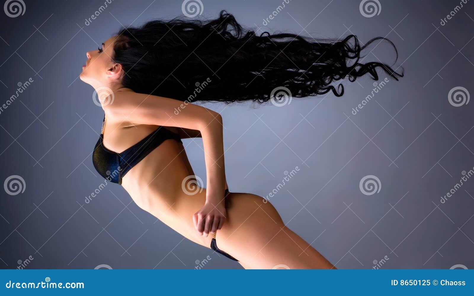 Jeune femme avec le cheveu oscillant