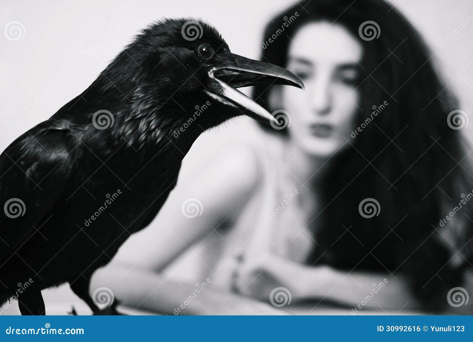 Jeune femme avec le corbeau