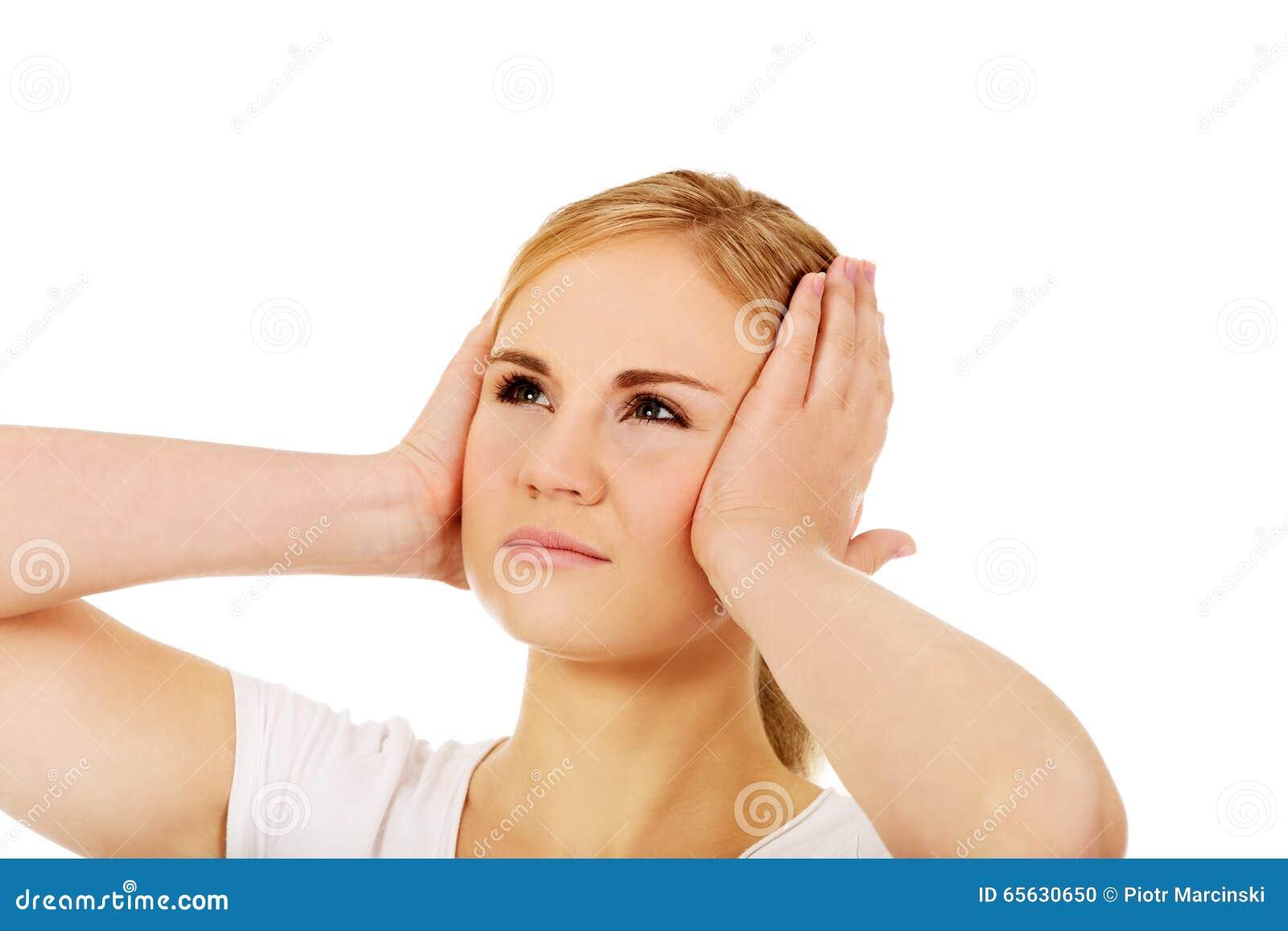 Jeune femme avec le mal de tête tenant sa main sur la tête
