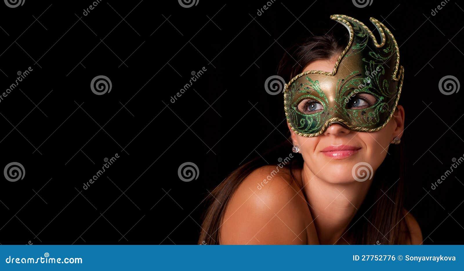 Jeune femme avec le masque vénitien