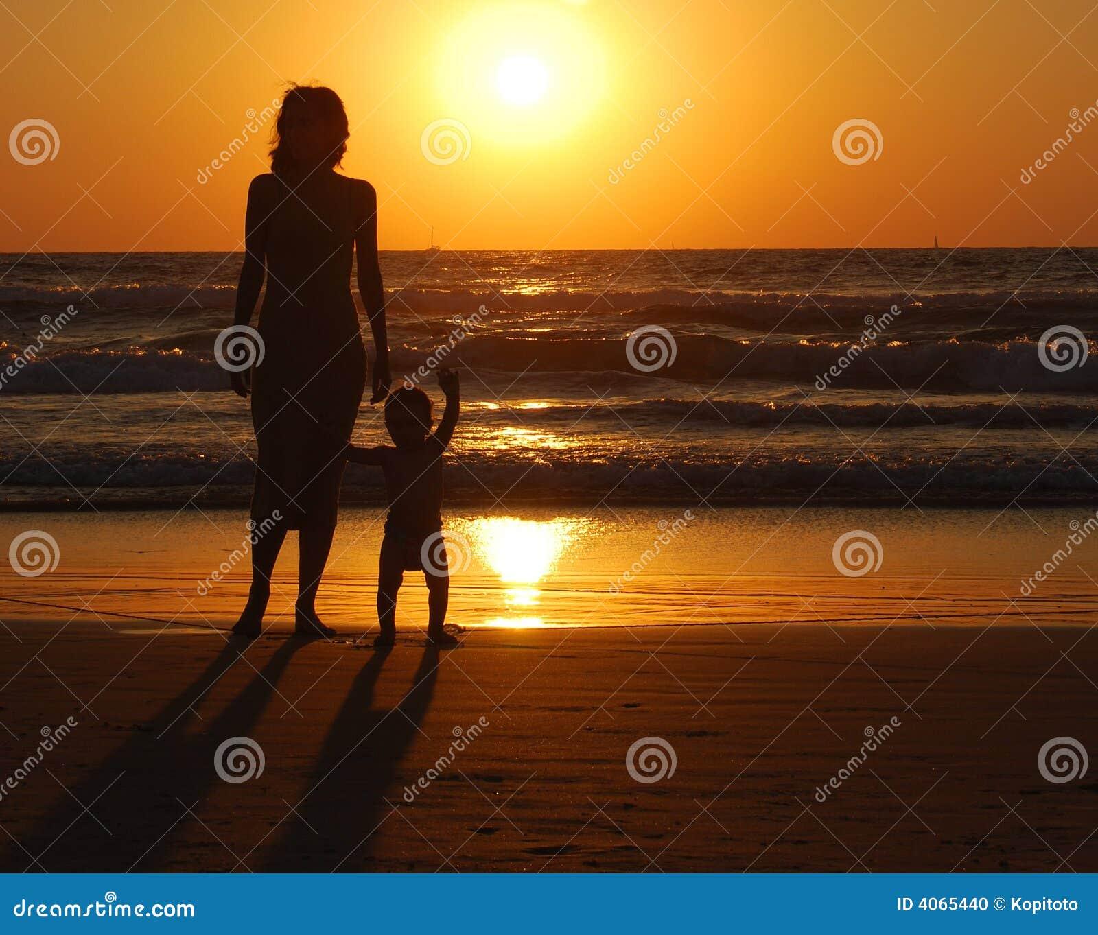 Jeune femme avec le petit enfant